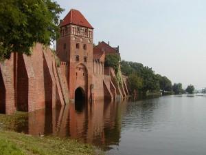 Elbehochwasser an der Stadtmauer von Tangermünde, 24. August 2002 (Quelle: Fotografie von Ingo2802, Wikimedia Commons)
